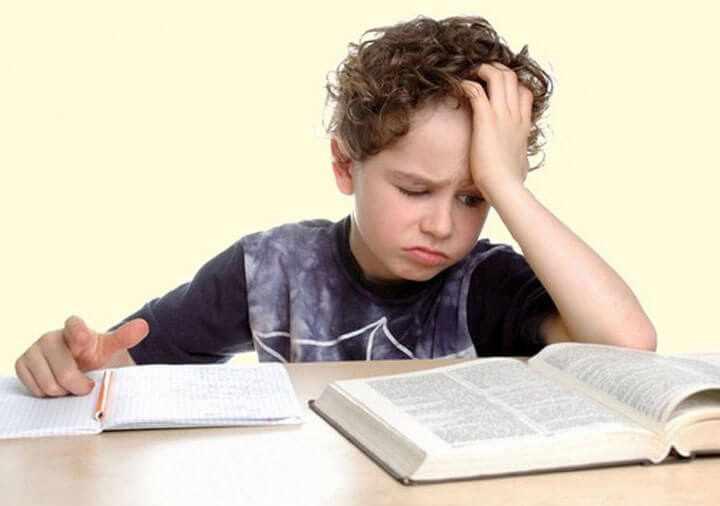 Дошкольник за учебниками
