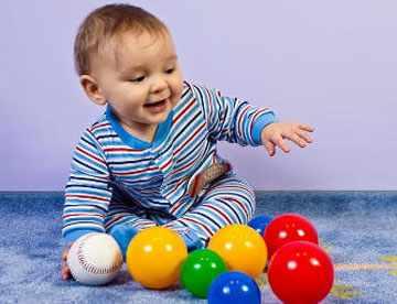 Ребенок играет с шариками