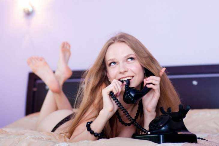 Как возбудить девушку словами: в переписке или по телефону