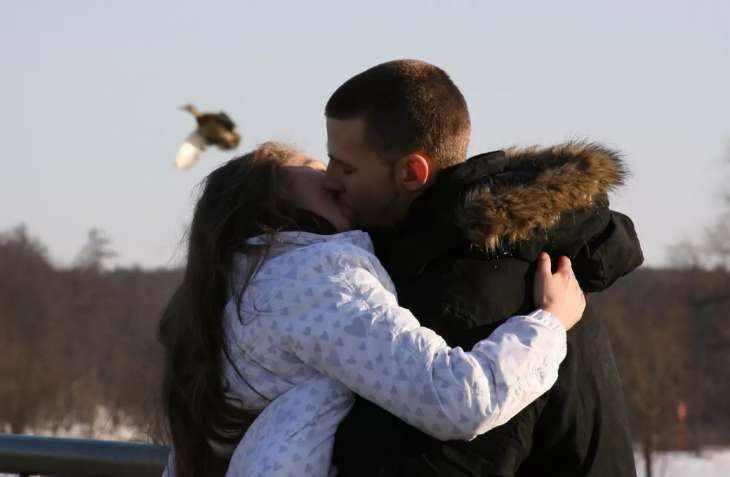 Как возбудить мужчину поцелуями?
