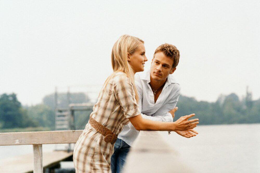 Парень и девушка на мосту