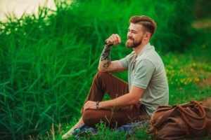 Мужчина в траве