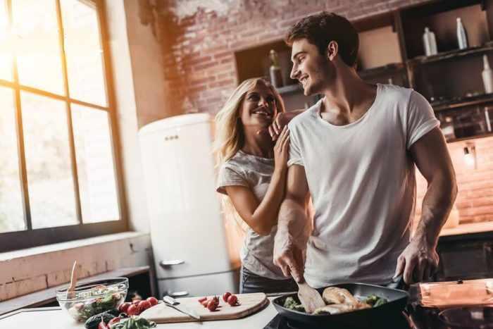 Мужчина готовит для девушки