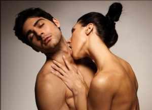Возбуждение парня с помощью поцелуя