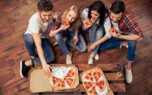 Есть пиццу в кругу друзей
